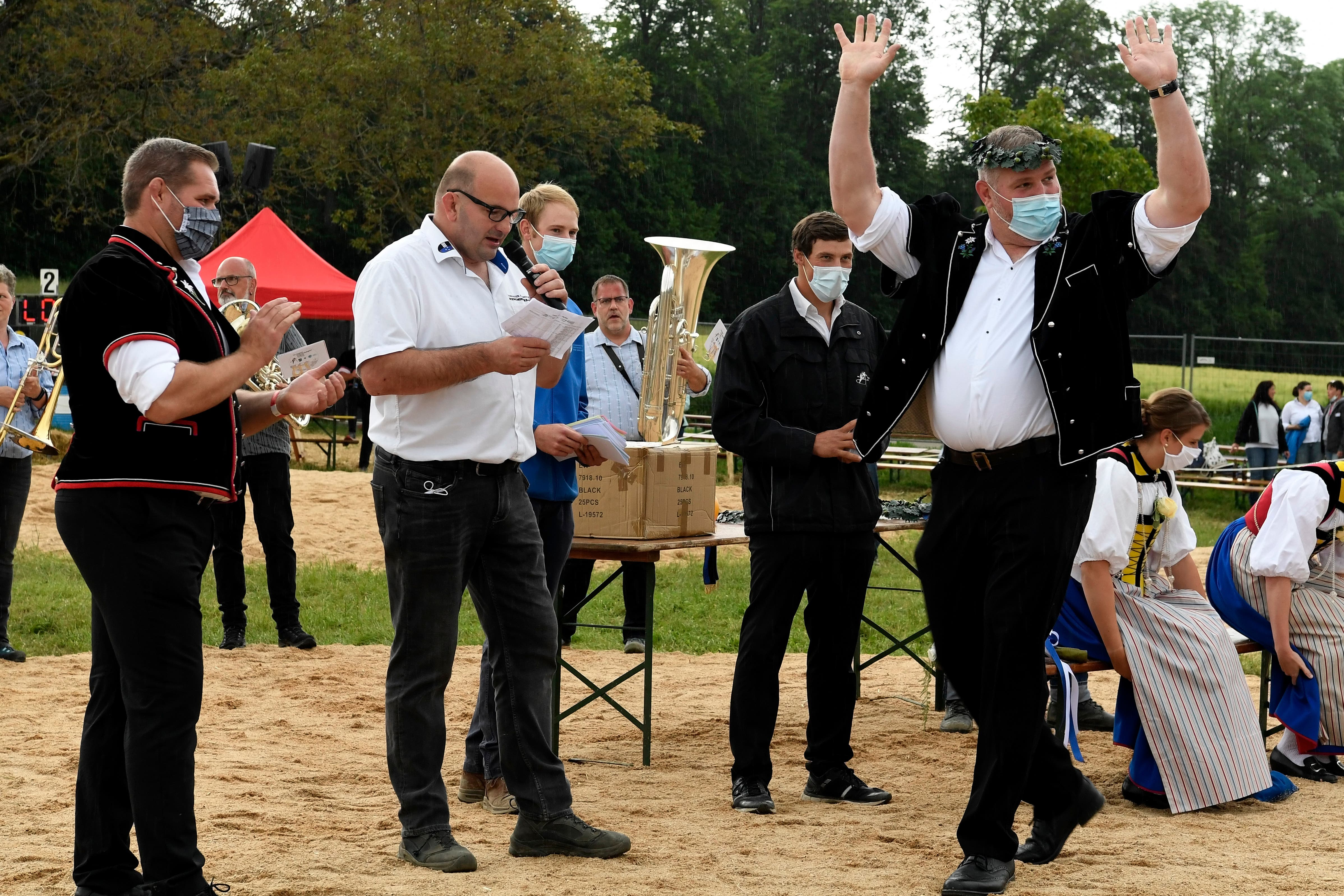Christian Stucki (rechts) erhält den Kranz.