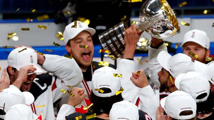 Die Kanadier feiern mit dem Weltmeisterpokal, (Toms Kalnins/Keystone)