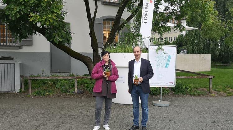 Vize-Stadtpräsident und Umweltminister Werner Schib und Elisabeth Kaufmann, von der Umweltfachstelle Aarau lancieren die Aktion Weitsicht (Urs Helbling)