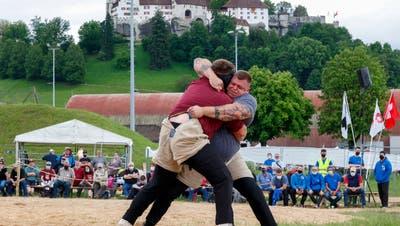 Zugangskontrollen, Maskenpflicht und viel weniger Zuschauer als sonst - dennoch lässt das Kantonalschwingfest in Lenzburg hoffen. (Marc Schumacher / freshfocus)