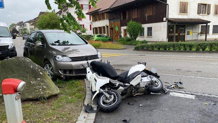 Motorrad rutscht auf Gegenfahrbahn und kollidiert mit Auto