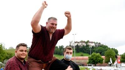 Der Triumphator: Christian Stucki wird nach seinem Festsieg in Lenzburg auf den Schultern getragen. (Marc Schumacher / freshfocus)