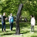 René Düsel erklärt anlässlich der Vernissage den Besuchern seine Skulptur «Dynamik». (Bild: Esther Wyss)
