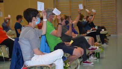 Stimmbürger erheben die Handan der Gemeindeversammlung Erlen in der Aachtalhalle. (Bild: Monika Wick (3. Juni 2021))