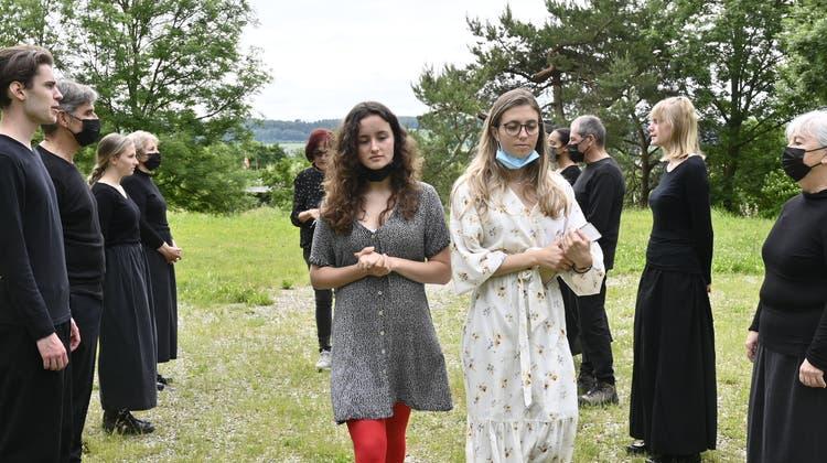 Die beiden Erzählerinnen Aoife Hohl und Aïna Probst führen das Publikum von Szene zu Szene. (Oliver Menge)