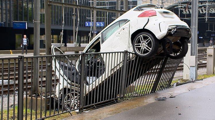 Ein Türgriff wurde mehrere Meter weit geschleudert. (Bild: Raphael Rohner)