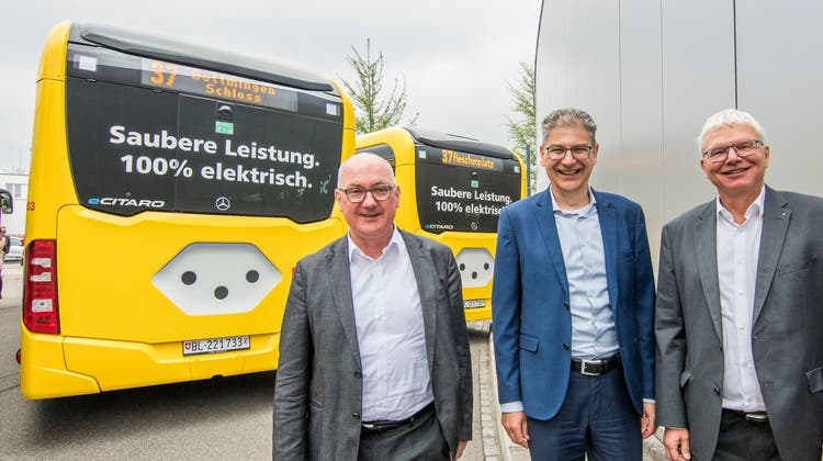 RegierungsratIsaac Reber, BLT-Direktor Andreas Büttiker und Primeo-CEO Conrad Ammann bei der Präsentation der neuen E-Busse. (Nicole Nars-Zimmer)