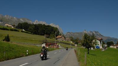 Am Hinderberg in der Gemeinde Gams: Links der Weiler Wanne, in der Bildmitte rechts die Häuser von Chretzibach. (Bild: Hans Jakob Reich)