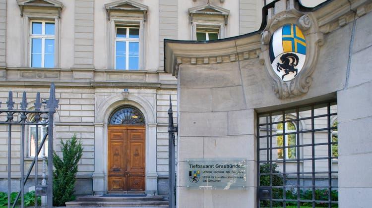 Das Tiefbauamt des Kantons Graubünden wird von der PUK für seine Rolle im Bauskandal heftig kritisiert. (Keystone)