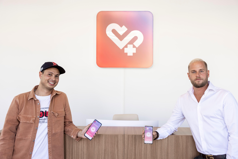 Der technische Leiter Friedrich Gauss und Geschäftsführer Marco Leutenegger von Taris zeigen die App auf ihren Smartphones in den Schlieremer Büros der Firma.