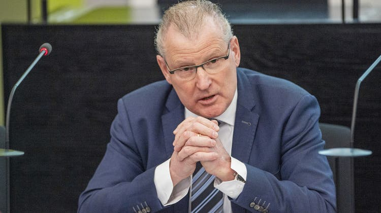 Glaubt nicht, dass Unternehmen die Schweiz wegen höherer Steuern verlassen werden: Der Zuger Finanzdirektor Heinz Tännler. (Keystone)