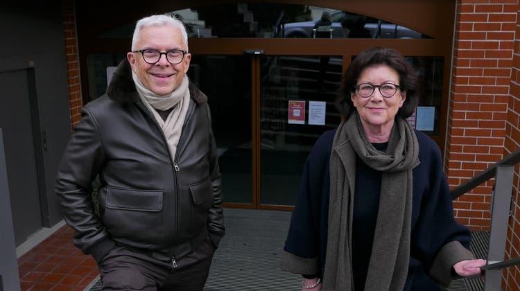 Hans-Peter Strebel, der ehemalige Besitzer, und Katrin Strebel, langjährige Besitzerin, vor der Klosterapotheke. (zvg)