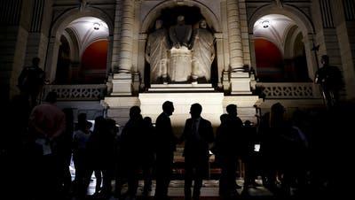 Raus aus der Dunkelheit: Die Schweizer Politik soll transparenter werden. (Key)