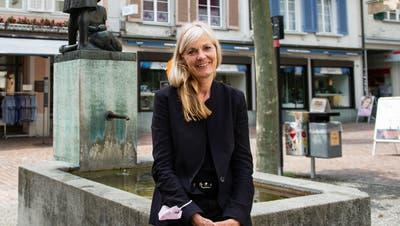 Sabina Ruff beim Meitlibrunnen in der Altstadt. Sie ist verantwortlich für die Entwicklung des Frauenfelder Sozialraums und befasst sich daher auch mit den Quartiervereinen. (Bild: Kevin Roth)