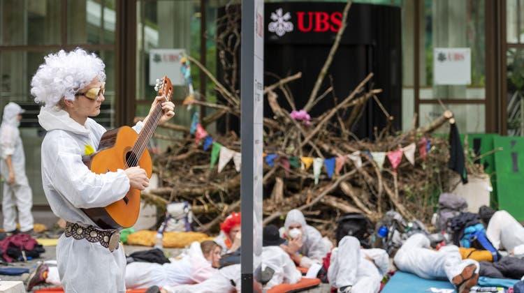 Am «Klima-Aktionstag» besetzten Klima-Aktivisten im Juli 2019 den Eingang der UBS. (Keystone)