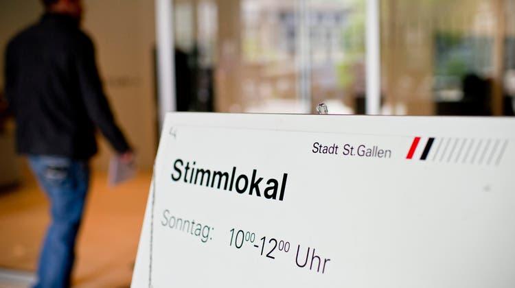 Stimmlokal im Rathaus St.Gallen: Der St.Galler Kantonsrat lehnt die Einführung des Ausländerstimmrechts auf kommunaler Ebene ab. (Bild: Ennio Leanza/ Keystone)