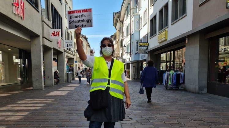 Yolanda Sandoval Künzi protestiert in der Winterthurer Altstadt gegen Scientology. (zvg)