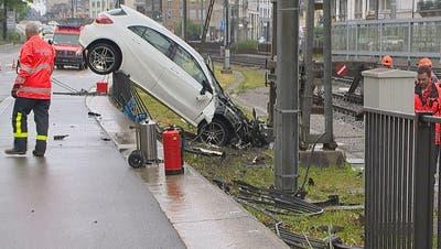 Unfall beim Hauptbahnhof: Die Polizei konnte nun ausfindig machen, wer am Steuer sass. (Bild: BRK News)