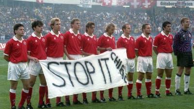 Ein Auftritt mit Konsequenzen: Die Schweizer Nati demonstrierte vor dem EM-Qualifikationsspiel in Göteborg am 6. September 1995 mit einem Transparenz gegen die atomaren Versuche von Frankreich im Südpazifik. (Keystone)
