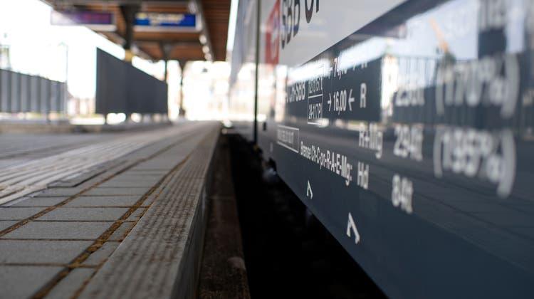 Wegen Erneuerungsarbeiten wird zwischen Zug und Thalwil Schienenersatzverkehr eingerichtet. (Bild: Maria Schmid (23. Februar 2021))