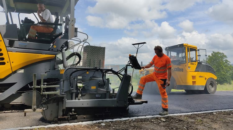 Schneller als geplant: Die Strassenbauarbeiten werden wohl schon im Spätsommer abgeschlossen sein. (Bild: Valérie Jost)