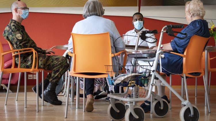 Das Personal in Altersheimen war stärker gefährdet als die andere Berufe. (Symbolbild) (Keystone)