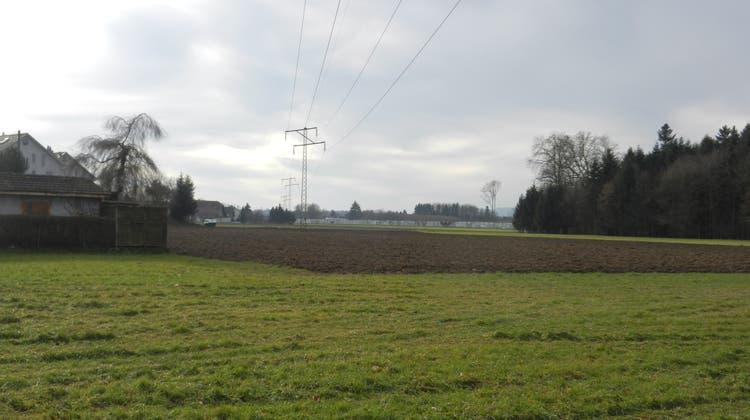 Die Stromleitung führt heute noch durch das Dorf. (Rahel Meier)