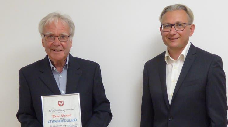 René Probst und Stephan Berger (v.l.) beim Überreichen der Ehrenurkunde. (Peter Wetzel)