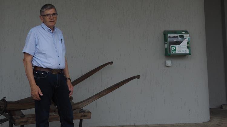 Christian Probst, Gemeindeammann von Zeihen, vor dem ausgewählten Platz für den geplanten Bancomaten. (Bild: Simon Widmer)