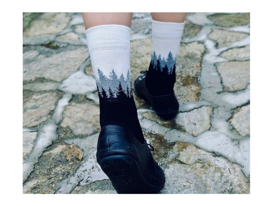 Socken mit Tannen wie gemalt von Bob Ross, das können eigentlich nur Treesocks von Nikin sein.