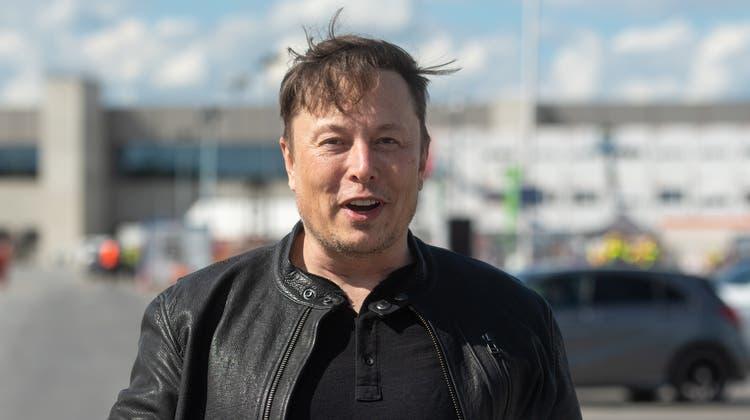 dpatopbilder - 17.05.2021, Brandenburg, Grünheide: Elon Musk, Tesla-Chef, steht auf der Baustelle der Tesla Fabrik und hält seinen Schutzhelm im Arm. Er hat sich ein Bild vom Baufortschritt der neuen Fabrik in Grünheide bei Berlin gemacht, die wohl mehrere Monate später als ursprünglich geplant die Produktion aufnehmen wird. Der 49-jährige gab am Montag zunächst keine Stellungnahmen ab. Foto: Christophe Gateau/dpa +++ dpa-Bildfunk +++ (KEYSTONE/DPA/Christophe Gateau) (Christophe Gateau / DPA)