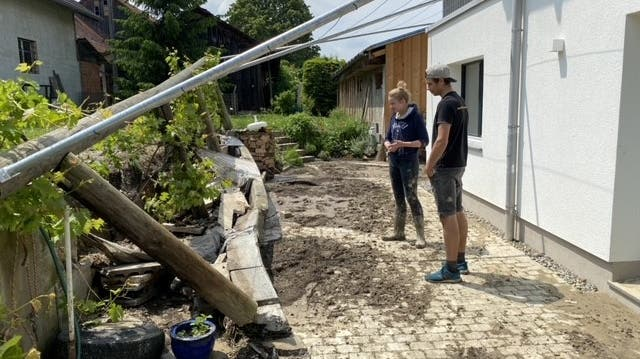 Saugbagger prägen am Dienstag das Ortsbild von Hugelshofen. (Bild: Kevin Roth)