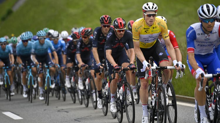 Stefan Kueng from Switzerland of Groupama-Fdj, 2. from right, and the peloton during the third stage, a 185 km race from Lachen to Pfaffnau, at the 84th Tour de Suisse UCI ProTour cycling race, on Tuesday, June 8, 2021. (KEYSTONE/Gian Ehrenzeller) (Gian Ehrenzeller / KEYSTONE)