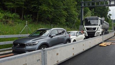 Die drei am Unfall beteiligten Fahrzeuge auf der A2 in Fahrtrichtung Süden. (Bild: Luzerner Polizei)