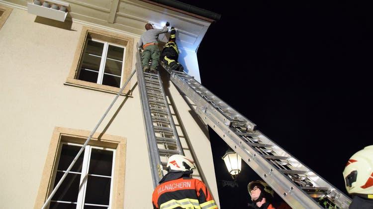 Spezielle Übung: Die Feuerwehr Villnachern hilft, beim Gemeindehaus Nistkästen für Mauersegler anzubringen (Bild: Michael Hunziker (17. September 2018))