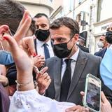 Eine Herausforderung für seine Sicherheitsleute: Emmanuel Macron sucht den engen Kontakt zur Bevölkerung. (Philippe Desmazes/ EPA)