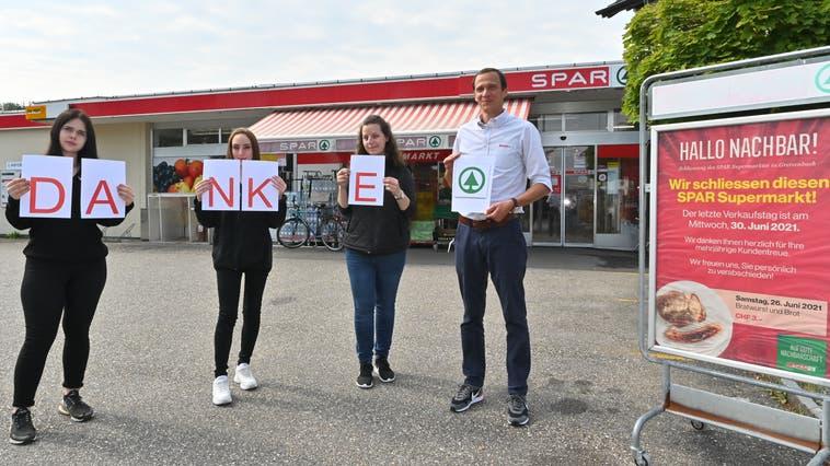 Bedanken sich bei der Kundschaft für deren Treue: Das Team vom «Chäsegge» und Filialleiter Matthias Amsler. (Bruno Kissling)