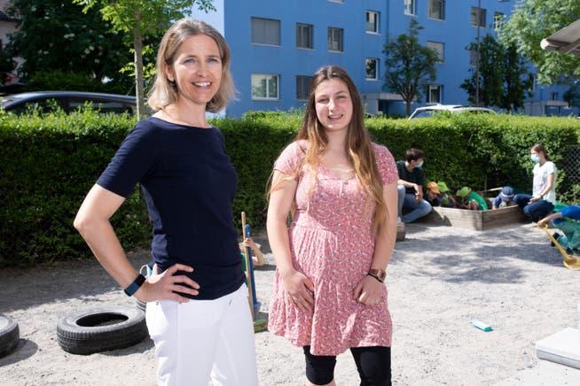 Melanie Storz (rechts) und Krippenleiterin Nadia Rey im Chinderdschungel in Baden. Auch im Aussenbereich der Kita gilt Maskenpflicht. Fürs Foto haben sie diese kurz abgenommen.