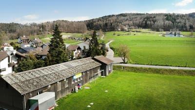 Der Fussballplatz mit Clubhaus entlang der Sportplatzstrasse im Gebiet Emmig. In Richtung EKT-Gebäude soll der neue Sportplatz entstehen. (Bild: Andrea Stalder (25.03.2020))