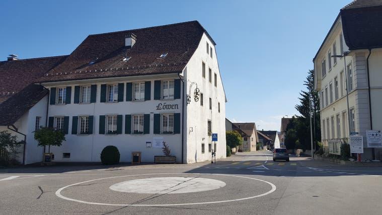 Das ehemalige Restaurant Löwen liegt direkt am Dorfkreisel. (Nadja Rohner)