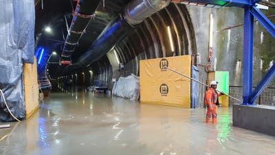 Das Wasser läuft aus dem Portal desEntlastungsstollens ins Auslaufbauwerk Etschi. (Bild: PD/Marti Tunnel AG (Alpnach, 19. Mai 2021))