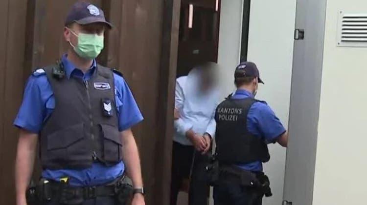 Der Mann tötete am 8. Januar 2018 in Hausen seine Frau und Schwägerin. Vom 7-10 Juni 2021 wird ihm der Prozess gemacht. Die Verhandlung findet in der Turnhalle in Hausen statt. (Tele M1)