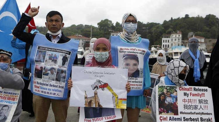 In der Türkei lebende Angehörige der uigurischen Volksgruppe protestieren vor dem chinesischen Konsulat. (Keystone)