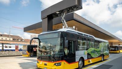 Hier wird der Elektrobus aufgeladen. Auf dem Dach des Perronbereichs wird der nötige Strom mit Solarzellen gleich vor Ort produziert. (Alex Spichale)