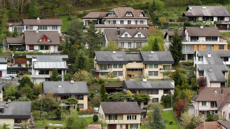 Die Baselbieter Einfamilienhaus-Quartiere sind meist bürgerliches Terrain. Erst recht gilt dies für Mitglieder Hauseigentümerverbands. Doch nun kommt ausgerechnet von dieser Seite scharfe Kritik an der Wirtschaftskammer Baselland. (Walter Schwager)
