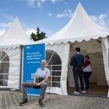 Uwe Essig wartet die 15 Minuten nach der Impfung in der Sonne. (Bild: Alex Spichale)
