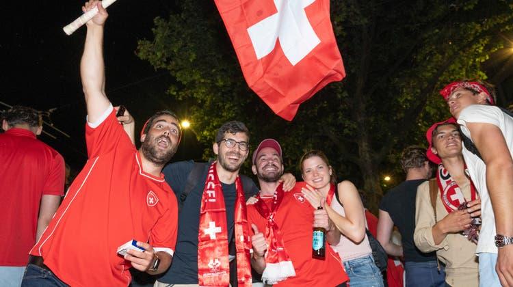 Jubeln die Schweizer Fans nach dem EM-Spiel gegen Spanien erneut? (Bild: Ralph Ribi (28.06.2021))