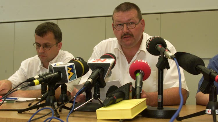 Medienkonferenz am 5. Juli 2001: im Vordergrund Kripo-Chef Daniel Bussmann, links AmtsstatthalterOrvo Nieminen. (Bild: Ruth Tischler)