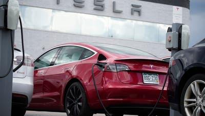 Der Tesla Model 3 steht seit Juni wieder an der Spitze des Jahresrankings der verkauften Elektroautos. (Keystone)