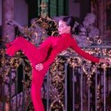 Biegsame rote Wesen, hier die Tänzerin Pamela Campos, loten die Grösse und Weite des Sakralraums aus - oder machen sich winzig klein, um in Kisten zu verschwinden. (Bild: Gregory Batardon)